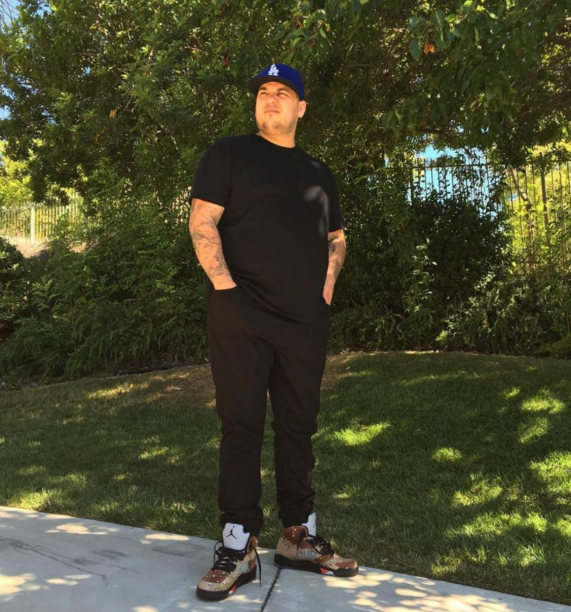 Rob Kardashian Shows Off Weight Loss In Rare Full-Body Photo
